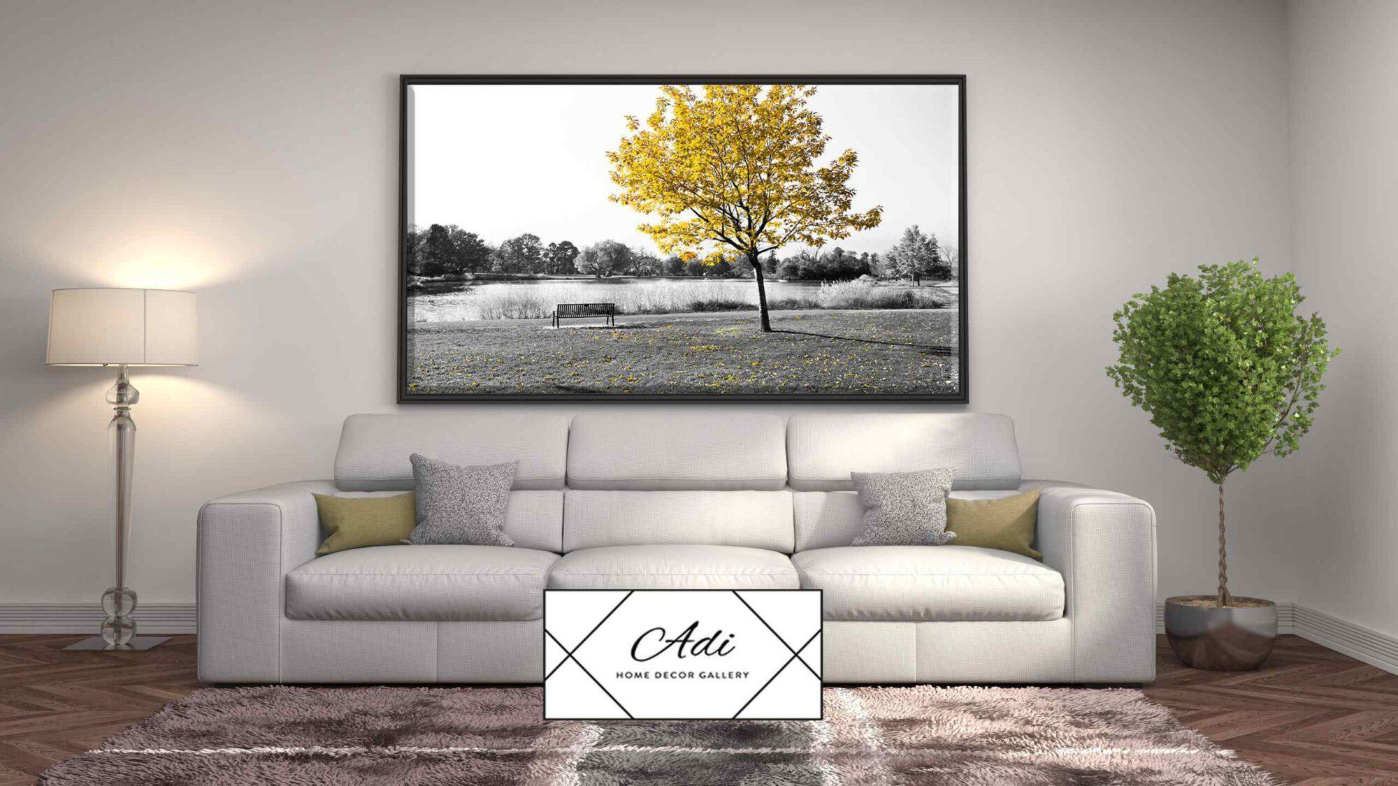 תמונה של נוף עם עץ צהוב