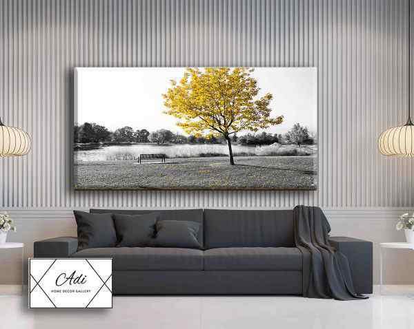 תמונת של נוף עם עץ צהוב