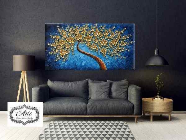 תמונה של עץ זהב רקע כחול אומנותי פרחים זהב