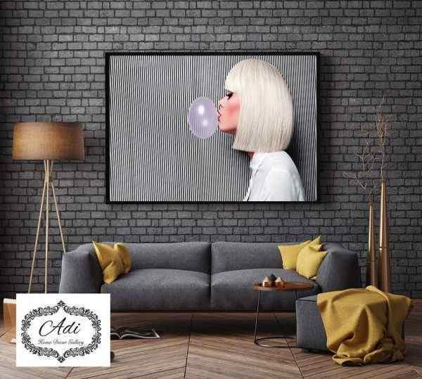 תמונה של אישה עם מסטיק שחור לבן ורוד שיער קרה בלונדיני