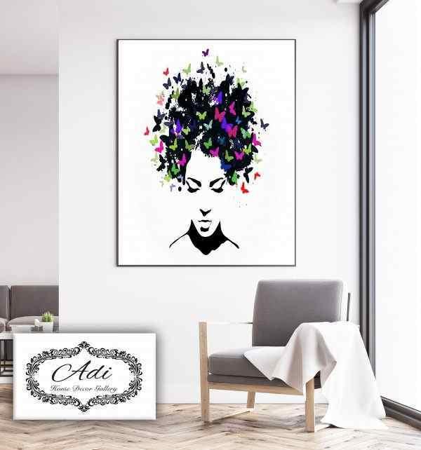 תמונה של אישה עם ראש פרפרים