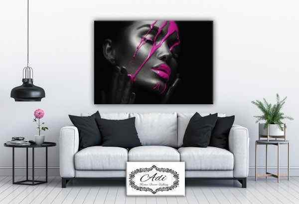 תמונה של אישה בסגנון פופ ארט סגול