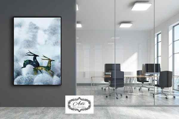 תמנונה של איילים רצים בערפל מודרני יוקרתי
