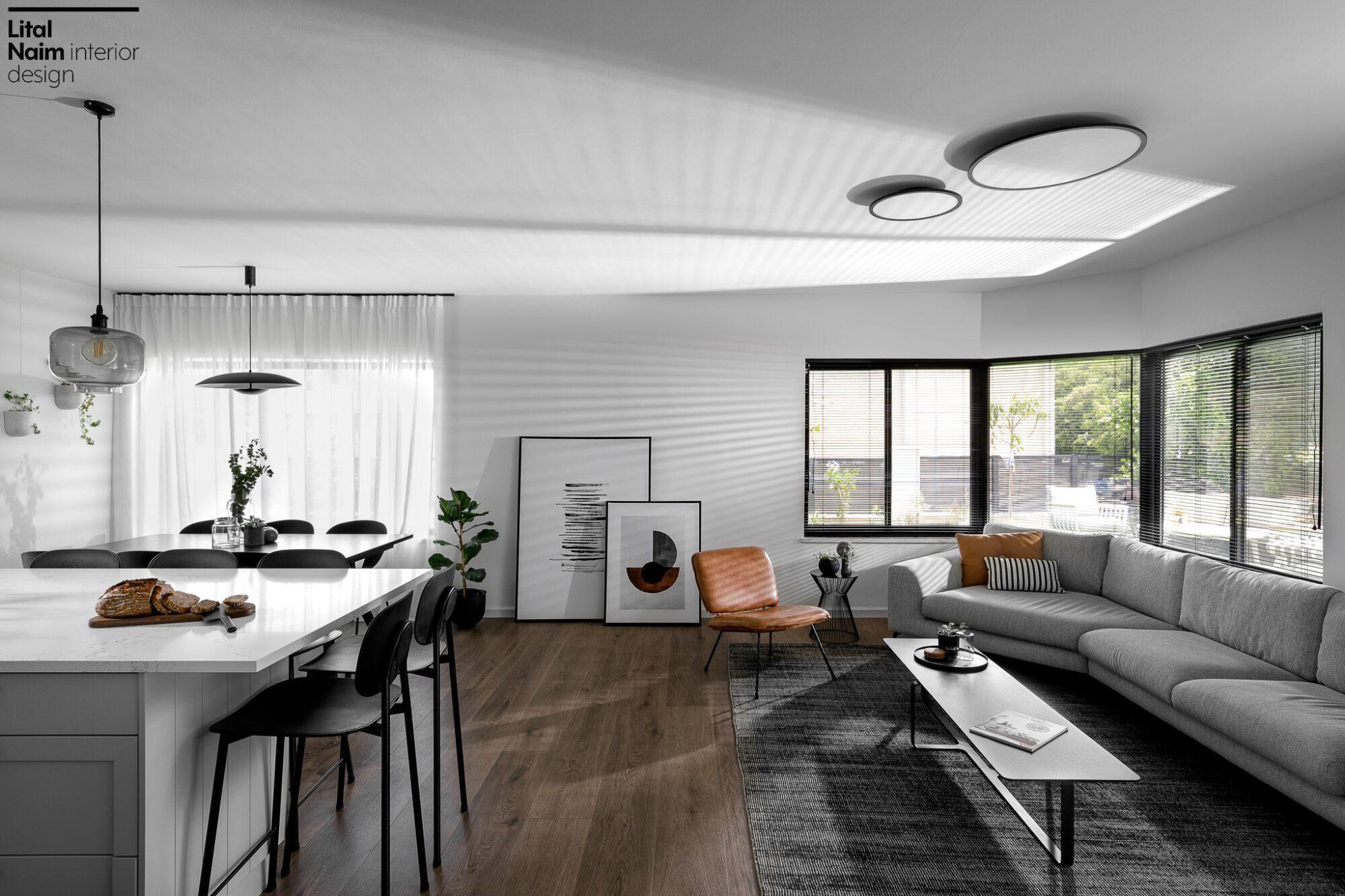 עיצוב סלון עם תמונות שחור לבן