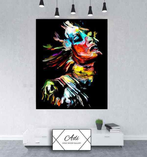 תמונה של אישה צבעונית על רקע שחור