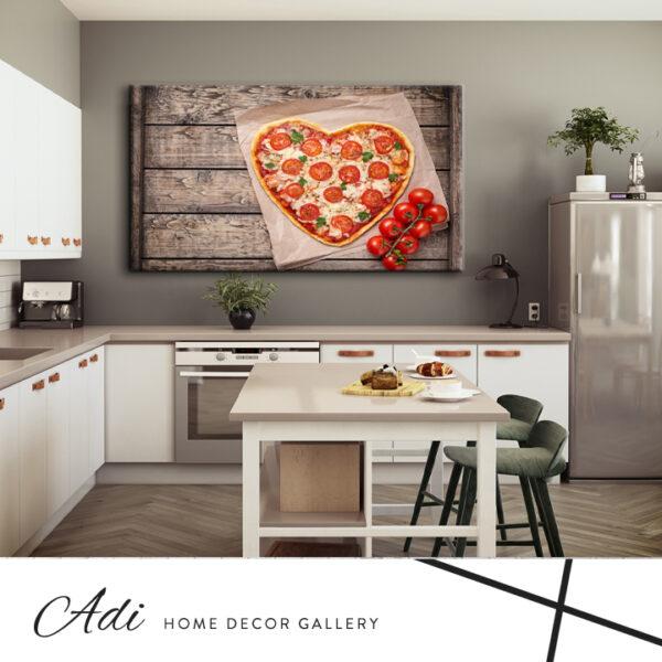 תמונה של פיצה למטבח בצורת לב עם רקע טקסטורה עץ